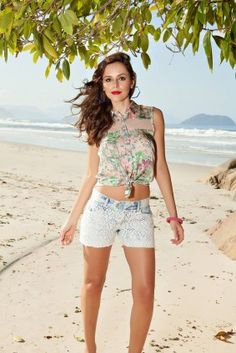 Foto escolhida para a contra-capa do Catálogo! Shorts jeans manchado com guipir e camisa com transparência! Look Perfeito!
