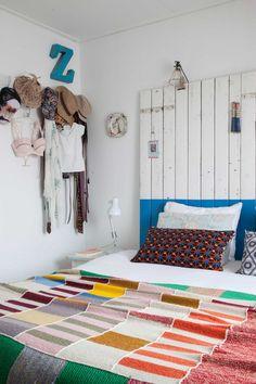 Het nieuwbouwhuis van Ingrid en Henk is niet makkelijk in een hokje te plaatsen. Marokkaanse kleden, brocante tafels staan naast Franse souvenirs en designklassiekers