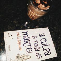 [RESENHA] A culpa é toda de Marte - Paula Browne / @editorarocco selo Jovens Leitores  Esse livro chegou sem qualquer pretensão a minha estante, eu gostaria de ter o lido quando lançou, ou mesmo que a autora o tivesse escrito antes, é um livro sobre a adolescência, nossos dramas juvenis e nossa aceitação rápida das coisas, que torna a maioria das coisas como verdade absoluta. Essa foto é mais fácil de entender depois de ler o livro, só posso dizer que é em homenagem ao milkshake de…