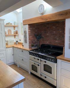 Kitchen decor, kitchen interior, kitchen design, kitchen cabinets, home . Kitchen Stove, Shaker Kitchen, New Kitchen, Kitchen Dining, Kitchen Cabinets, Farmhouse Kitchen Decor, Home Decor Kitchen, Country Kitchen, Home Kitchens