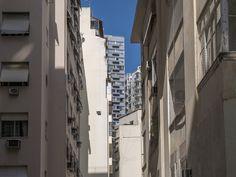 https://flic.kr/p/HvSpUh | Fundos | Muitos prédios na cidade tem suas fachadas dos fundos bem simples, enquanto suas fachadas principais são mais ornadas. Aqui um exemplo de edifícios residencias no bairro do Flamengo. A maioria destes prédios são colados uns nos outros pelas paredes laterais.  Na primeira foto que segue abaixo, a fachada principal destes mesmos edifícios.  Bairro do Flamengo, Rio de Janeiro, Brasil. Tenham um excelente final de semana. :-)  P.S.: No prédio cinza - visto no…