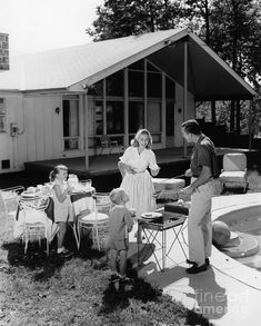 1950s Photograph - Family Grilling In Backyard, C.1950s by H. Armstrong Roberts/ClassicStock Old Pictures, Old Photos, Framed Pictures, Vintage Photographs, Vintage Photos, Vintage Black, Retro Vintage, Vintage Patio, Life In The 1950s