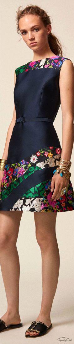 Get inspired and discover Oscar de la Renta trunkshow! Shop the latest Oscar de la Renta collection at Moda Operandi. Fashion 2017, Love Fashion, Runway Fashion, High Fashion, Fashion Show, Womens Fashion, Fashion Design, Fashion Trends, Women's Dresses