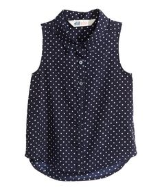 Sleeveless blouse in woven fabric with a printed pattern. Buttons at back and a rounded hem. H&m Fashion, Fashion Online, Fashion Dresses, Blouse Styles, Blouse Designs, Sleeveless Blouse, Blue Blouse, Polyvore Fashion, Plus Size Fashion