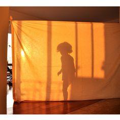 Brincadeira gostosa pro fim-de-semana!  Estique um lençol no pôr-do-sol ou use uma lanterna e faça um teatro de sombras em tamanho real com a criançada!