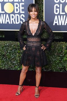 Halle Berry in Zuhair Murad Golden Globes) Golden Globe Award, Golden Globes, Zuhair Murad, Halle Berry Style, Hale Berry, Look Thinner, Glamour, Red Carpet Dresses, Red Carpet Fashion