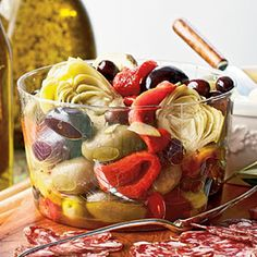 Roasting the peppers adds a subtle, smoky flavor to this super easy and flavorful appetizer. Serve in small bowls as an antipasto along with breadsticks, aged cheese, and cured meats. Tapenade, Marinated Olives, Marinated Peppers Recipe, Vegetable Appetizers, Charcuterie, Olive Recipes, Mediterranean Diet Recipes, Brunch, Appetisers