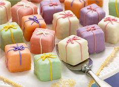 present cake petit fours. so sweet. Pretty Cakes, Beautiful Cakes, Mini Desserts, Dessert Recipes, Frosting Recipes, Recipes Dinner, Dinner Ideas, Mini Patisserie, Present Cake