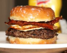 Bacon, egg and a burger between a sliced glazed donut. Read all about it here. Doughnut Burger, Bacon Donut, Donut Bun, I Love Food, Good Food, Great Recipes, Favorite Recipes, Cronut, Burger Recipes
