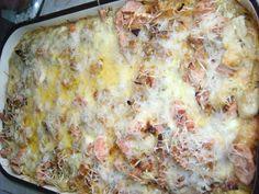 Tojásos nokedli variáció  A lisztből és 4 tojásból nokedlit készítünk a szokott módon. Ha kész leszűrjük és tűzálló tálba vagy tepsibe terítjük. A tejfölt  4 tojással,  sóval borssal kikeverjük. A hagymákat félbevágjuk ,csíkozzuk és bő olajon  szép pirosra sütjük.A virsliket kettévágjuk és utána szeleteljük fel.  A virslit  oszlassuk el a nokedli tetején, csúrgassuk rá a tojásos tejfölt majd a forró sült hagymát olajostól kanállal  úgy hogy mindenhová jusson. A tetejére sajtot szórunk. Pasta Dishes, Lasagna, Ethnic Recipes, Food, Food Food, Essen, Meals, Yemek, Lasagne