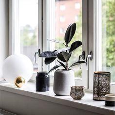 """Le luminaire de table COPYCAT de @flos_northamerica est composé d'une sphère en aluminium usinée en métal massif. """"Deux sphères se touchent. Une petite, dans un matériau précieux, placée sous"""" l'ombre """"de la grande, en verre illuminé."""" - M. Anastassiades. Catalogue Design, Light Table, A Table, Table Lamp, Table Lighting, Light Beam, Diffused Light, Aluminium Alloy, Beams"""