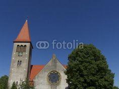 Kirchturm und Kirchenschiff mit Rosettenfenstern in Helpup bei Oerlinghausen in Ostwestfalen-Lippe