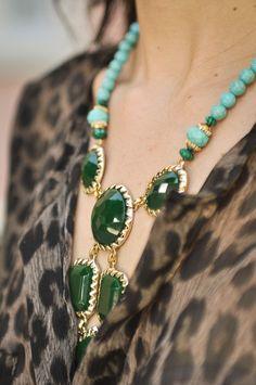 Camisa onça + colar verde