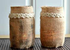 DIY burlap craft ideas for making flowers, garlands, wreaths, ornaments and wall art. Project ideas for holidays, seasons, weddings, etc.