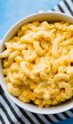 Crock Pot Mac and Cheese - An easy, super cheesy macaroni and cheese recipe made right in the slow cooker. Chipotle, Healthy Crockpot Recipes, Vegetarian Recipes, Crockpot Meals, Slow Cooker Macaroni And Cheese Recipe, Back To Nature, Crock Pot Cooking, Living At Home, Food For A Crowd