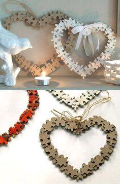 pièces de casse-tête peintes en blanc et que vous collez en leur donnant la forme que vous voulez (couronne, cœur, canne en bonbon)