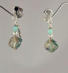Courtes boucles d'oreilles cristal cubique et jade bleu avec des détails argentés