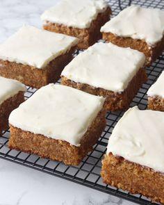 Pie Recipes, Sweet Recipes, Dessert Recipes, Desserts, Carrot Cake Traybake, How To Make Cake, Food To Make, Carrot Cake With Pineapple, Dessert Bars