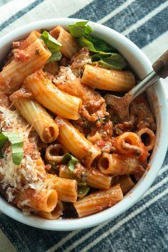 Giada's Essential Italian Dishes: Simple Bolognese – Rezepte Vegan Bowl Recipes, Giada Recipes, Cooking Recipes, Cooking Tips, Chicken Pasta Recipes, Italian Dishes, Food Network Recipes, Easy Meals, Favorite Recipes