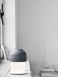 Inspiriert von den Lautstärkereglern eines original Stereoverstärkers aus den 80ern gestaltete dänische Designerduo GamFratesi seine innovative Volume Tischlampe und weckt längst vergessen geglaubte Handgriffe. Einmal nach links oder rechts gedreht – schon verändert sich die Lautstärke… Mit Volume entdecken Sie diese altbekannte intuitive Bewegung wieder neu. Durch eine simple Drehung der Hand auf dem anschmiegsamen Schirm wird das Licht heller … Berlin Design, Led Lampe, Designer, Lighting, Home Decor, Left Out, Scandinavian Design, Decoration Home, Room Decor