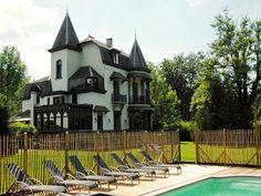 Villa Le Manoir met heerlijke sauna ligt in een prachtige tuin met grote oude bomen en een privé openlucht zwembad. De villa is geschikt voor familiegroepen.