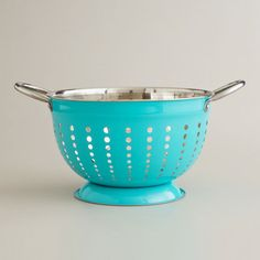 A collander in aqua blue -- I want this in my kitchen :o)