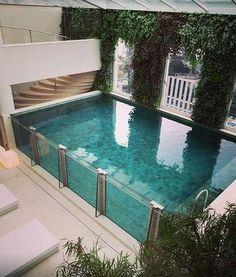 Maravilhosa essa piscina com Pedra Hijau da Palimanan #villabelarevestimentos #arquitetura #architecture #interior #arquiteto #architect #inspiração #instahome #homeideas #construção #reforma #instaarch