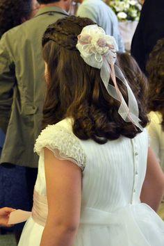 Tocados Ana Vez, diseño y creación de adornos de pelo para Comunión y Arras. Diseños personalizados a juego con tus vestidos y complementos . Adornos también para vestidos. Pide tú presupuesto.