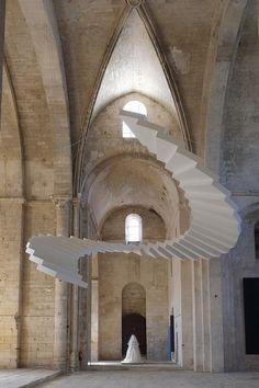Aux portes de Arles, visite de l'exposition « Mon 'Île de Montmajour » par Christian Lacroix dans l'Abbaye de Montmajour.