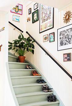 renovation escalier bois en quelques coups de pinceau, escalier en bois repeint en vert amande en joli contraste avec le lambris mural blanc