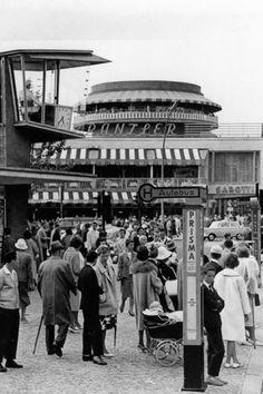 BERLIN 1950er Jahre, Bushaltestelle Joachimsthaler Strasse. Links die Verkehrskanzel und im Hintergrund dasw Café Kranzler am Kurfürstendamm