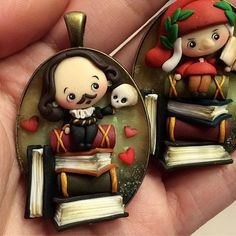 Il piccolo William ❤️ (@sammipappi ehehe ^.^) #william #williamshakespeare #guglielmoscuotilancia #dante #chibi #kawaii #books #love #skull #beornottobe #beornottobethatisthequestion #necklace #fanart #icapriccidicolombina #fimo #polymerclay #handmade