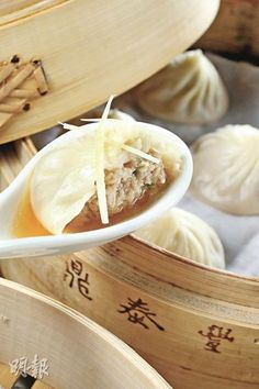 DinTaiFung's 18-Fold Steamed Dumpling (Xiaolongbao) in Taipe. 台北 鼎泰豐 小籠包