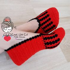 crochet baby boots Grntnn olas ierii: ayakkablar ve izgiler Crochet Booties Pattern, Crochet Slipper Pattern, Crochet Sandals, Knit Baby Shoes, Crochet Baby Boots, Baby Knitting Patterns, Crochet Patterns, Simply Crochet, Knitted Slippers