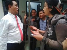 """Kepalkan Tangan Ongen Serukan """"Lawan Rezim Koplak!""""  Sidang lanjutan kasus dugaan tindak pidana UU Pornografi dan UU ITE dengan terdakwa Yulianus Paonganan alias Ongen kembali digelar di Pengadilan Negeri Jakarta Selatan Selasa  26 April 2016. Persidangan yang dijadwalkan mulai pukul 11.00 WIB dengan agenda pembacaan eksepsi itu diwarnai dukungan mahasiswa dan pemuda dari Komite Aksi Mahasiswa untuk Reformasi dan Demokrasi (Kamerad) dan Aliansi kader HMI Jakarta. Kedua kelompok massa ini…"""