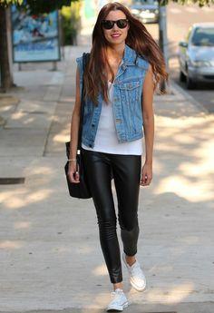 jeansweste - schwarze skinny - kicks - weißes tanktop - schwarze tasche
