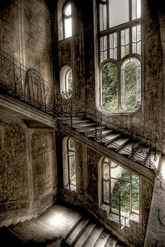 abandoned house in France - I would love to know the stories behind these abandoned buildings. Such beauty. Abandoned Buildings, Abandoned Mansions, Old Buildings, Abandoned Places, Abandoned Castles, Haunted Places, Abandoned Library, Old Abandoned Houses, Ancient Buildings