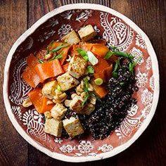 Wegańska sałatka ze smażonym tofu, wstążkami marchewki i komosą ryżową | Kwestia Smaku
