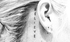tattoo atrás da orelha - acredite.