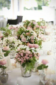 ©Les productions de la Fabrik-Mariage-Oise-Abbaye-leblogdemadamec.fr Idée originale, tous différents, mais très très jolis centres de tables romantiques......