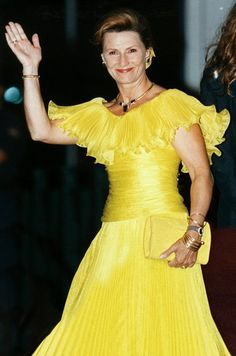 Queen yellow dress yellow
