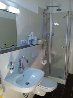 Die Badezimmer in dem AKZENT Vitalhotel König am Park sind geräumig und hell.