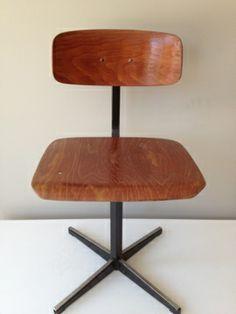 Oud schoolstoeltje | Old school chair. € 10. www.marktplaatshelper.nl