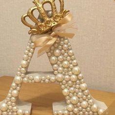 Letras em MDF, customizadas em pérolas, com coroa dourada e laço em organza, valor 39 reais contat - mariacidaaraujo
