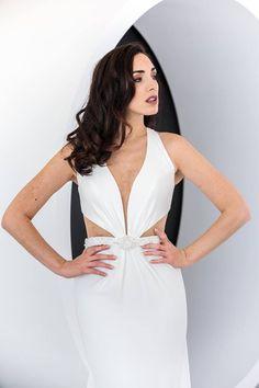 Scivolato, essenziale, femminile. Quest'abito da sposa è perfetto per un ricevimento di sera.