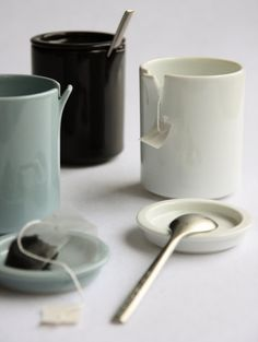 Ceramic japan peel is a cup and lid with an upturned part for hanging tea bags or leaning spoons