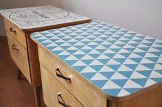 stare szafki nocne z ręcznie malowanym blatem, drewno pokryte woskiem matowym http://dwiebaby.pl/zrealizowane-projekty/