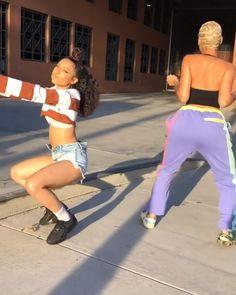the one on the left could get it😍😍😍😍😍😍😍😍😍😍😍 Danse Twerk, Twerk Dance, Dance Sing, Dance Moves, Just Dance, Dance Music Videos, Dance Choreography Videos, Best Friend Goals, Best Friends