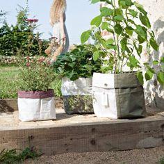 Cache-pots découpés et cousus dans des morceaux de sacs à gravats.