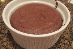 Moelleux au chocolat à 0 SP WW, recette d'un délicieux petit gâteau sans … Sweet chocolate with 0 SP WW, recipe of a delicious cupcake without flour and without fat, ideal for the snack. Weight Watcher Desserts, Weight Watchers Breakfast, Weight Watchers Meals, Weigh Watchers, Bowl Cake, Ww Desserts, Yummy Cupcakes, Ww Recipes, Cooking Light